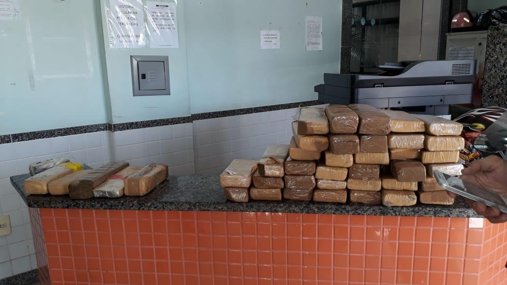 49 tabletes de maconha apreendidos em um ônibus em Guarapari. Crédito: Divulgação/Polícia Militar