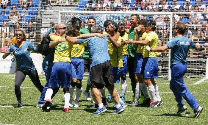 477528c145 Seleção brasileira comemora o quinto título mundial no futebol para cegos