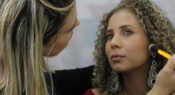 Curso de maquiagem oferecido pelo Projeto Qualificar ES