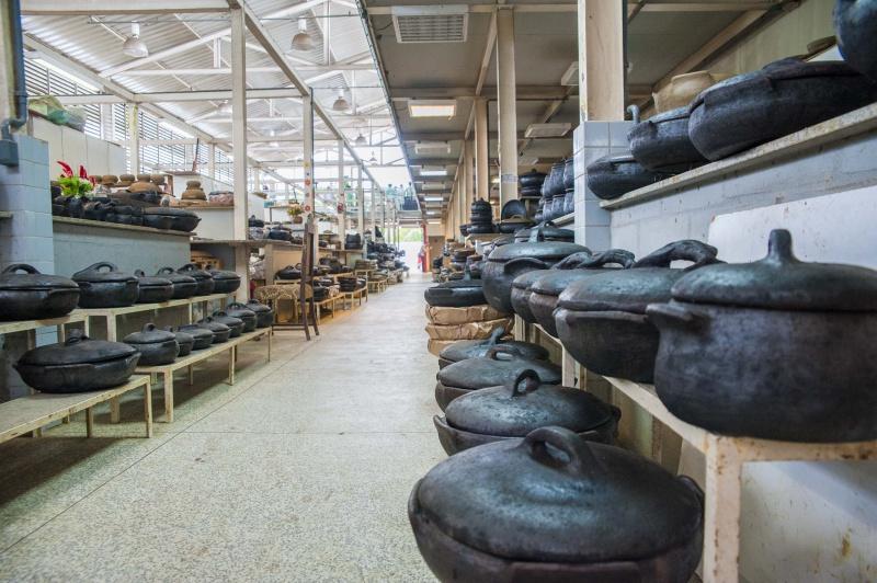 Fabricação artesanal das panelas de barro é oficio das paneleiras de Goiabeiras, constituindo um saber passado por gerações há mais de 400 anos. Crédito: Diego Alves/PMV