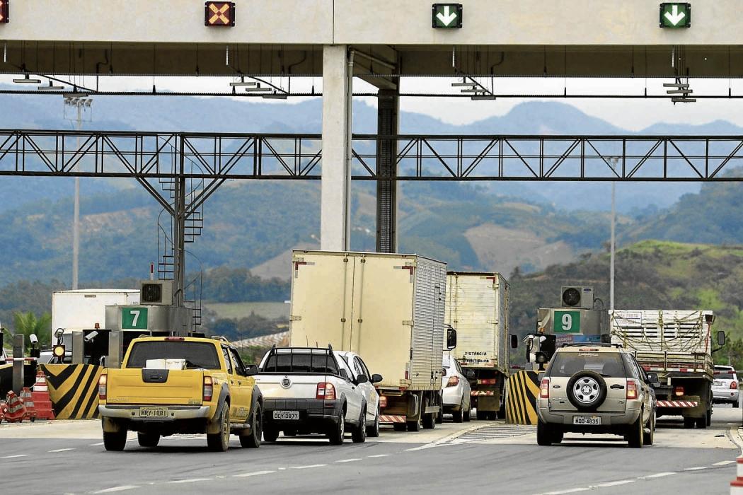 Veículos passam na praça de pedágio da BR 101 na Serra: tarifas já tiveram  redução no último dia 29. Crédito: Ricardo Medeiros