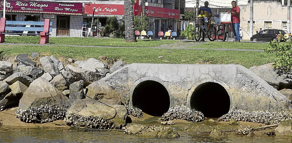 Saída de água no Reis Magos: 14 milhões de litros de esgoto caem no rio por mês. Crédito: Marcelo Prest