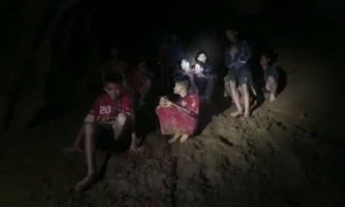Meninos e treinador em caverna na Tailândia. Crédito: Reprodução