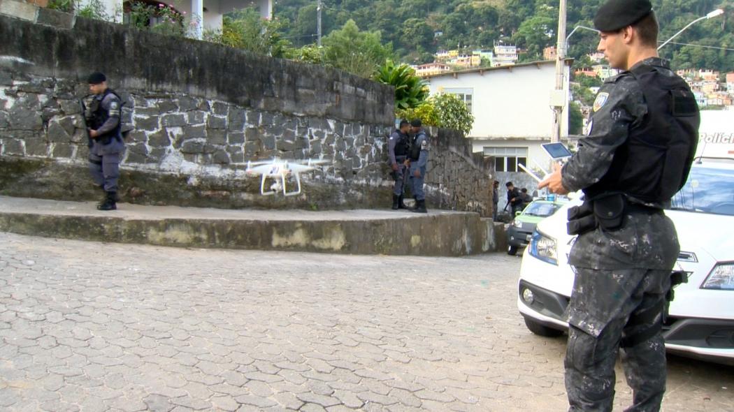 Drone foi usado por policiais para monitorar o Morro da Piedade. Crédito: Reprodução   TV Gazeta