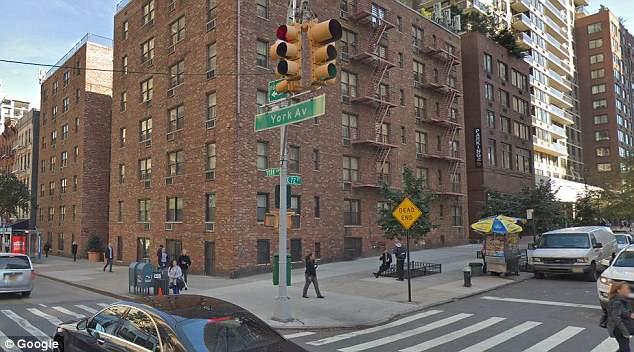 O cruzamento onde a mulher foi atropelada por um carro policial é visto na York Avenue e na 72nd Street. Crédito: Reprodução/Facebook