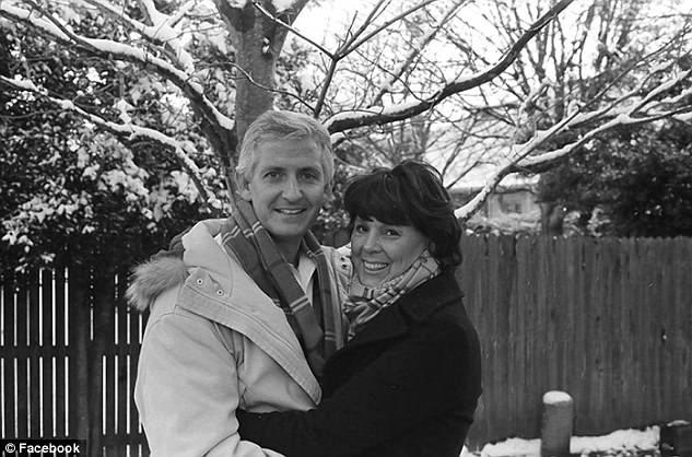 Sartin-Hartung disse que se apaixonou pelo marido mais uma vez . Crédito: Reprodução/Facebook
