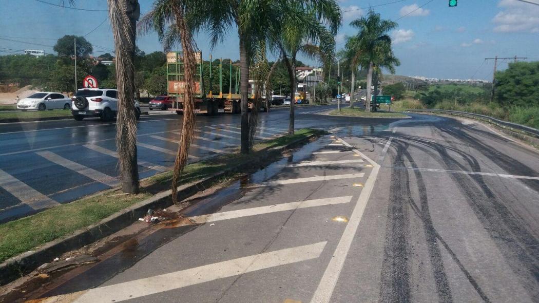 Caminhoneiro derrama óleo por uma extensão de 1 quilômetro da BR 101, na Serra. Crédito: Internauta | Gazeta Online