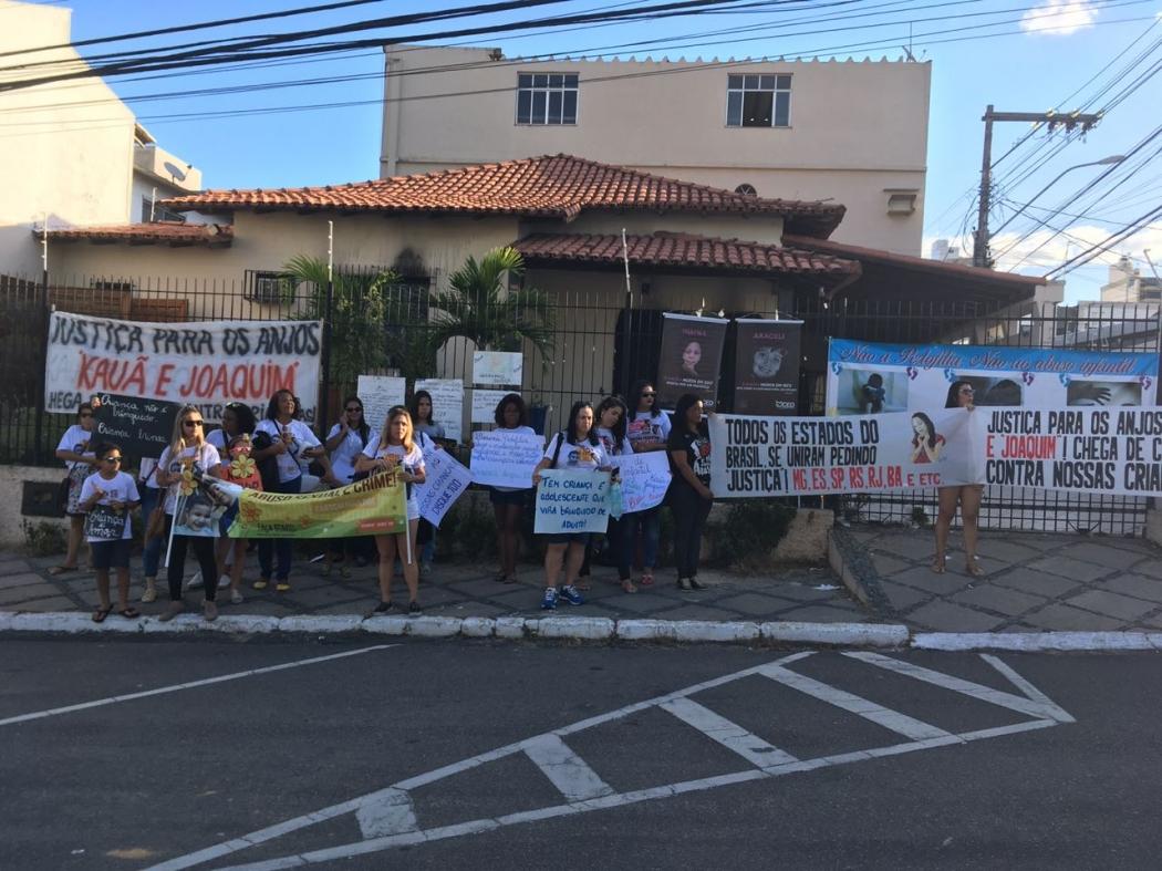 Manifestantes em frente à casa dos irmãos Kauã e Joaquim. Crédito: Loreta Fagionato