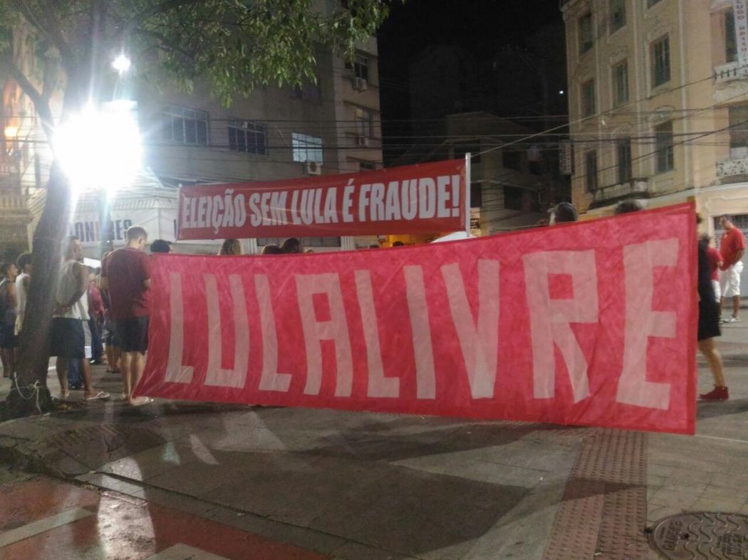 Manifestantes protestam a favor da liberdade do ex-presidente Lula no Centro de Vitória. Crédito: Gabriela Singular