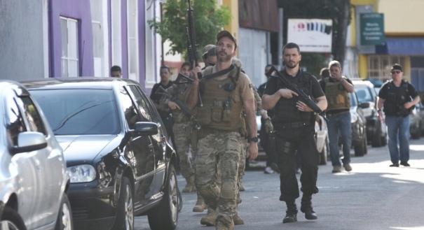 Policiais da DPCA, Denac e da Patrimonial realizam buscas no bairro Cruzamento e no Macaco, em Vitória, com auxílio da Polícia Militar.