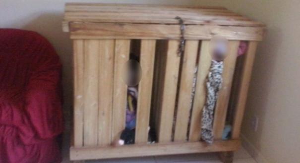 Polícia encontra irmãos de 3 anos presos em caixote