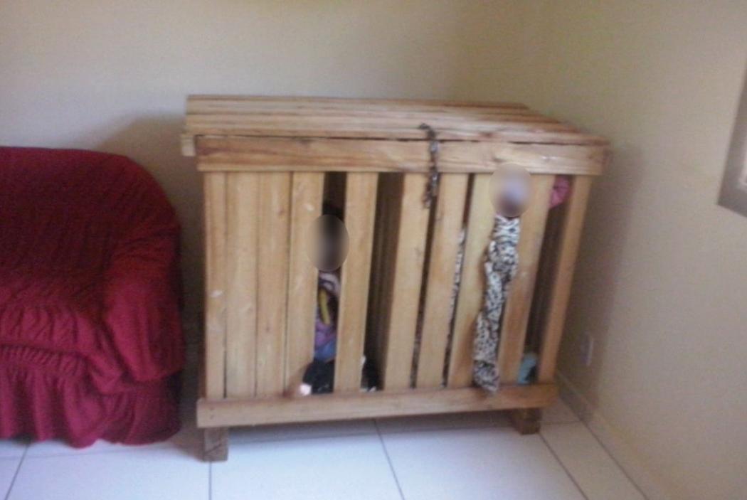 Pais são detidos após polícia encontrar irmãos de 3 anos presos em caixote. Crédito: Divulgação/Polícia Militar