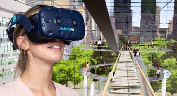 Mulher com os óculos de realidade virtual usado no tratamento e o cenário de um dos desafios que os pacientes tiveram que enfrentar na terapia, caminhar sobre uma plataforma a vários andares de altura