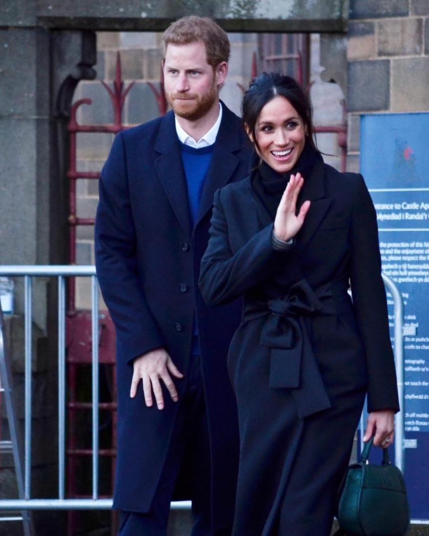 Príncipe Harry e Meghan Markle saindo do Castelo de Cardiff, no País de Gales. Crédito: Reprodução/Instagram @bethshoreyphotoj