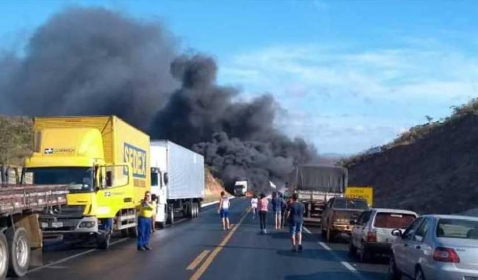 Pelo menos um ônibus e quatro carretas se envolveram no acidente. Crédito: Divulgação/PRF