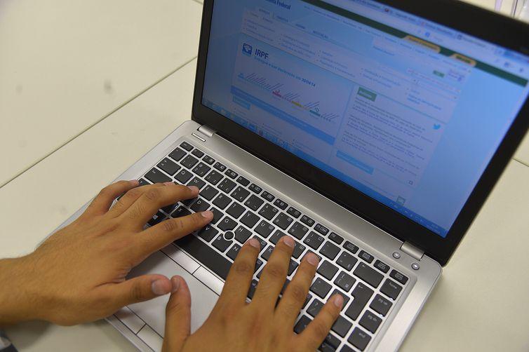 Para saber se teve a declaração liberada, o contribuinte deve acessar a página da Receita na internet, ou ligar para o Receitafone, número 146. Crédito: Arquivo Agência Brasil