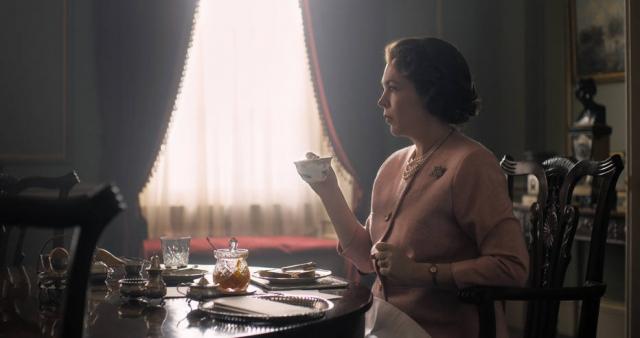 """Netflix divulga foto de Olivia Colman como Elizabeth II em """"The Crown"""". Crédito: Netflix/Divulgação"""