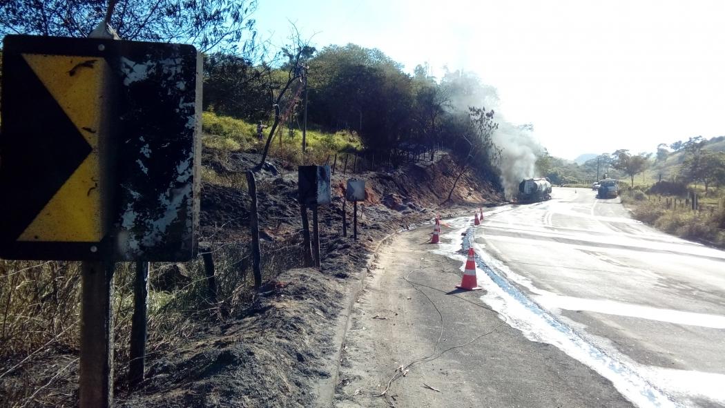 Após o veículo ser destombado grande quantidade de combustíveis se derramou na pista . Crédito: Geizy Gomes