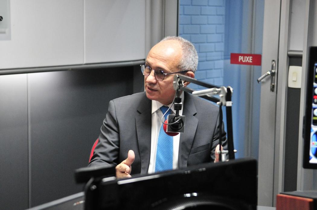 Governador Paulo Hartung ao vivo na CBN Vitória (92,5 FM). Crédito: Kaique Dias