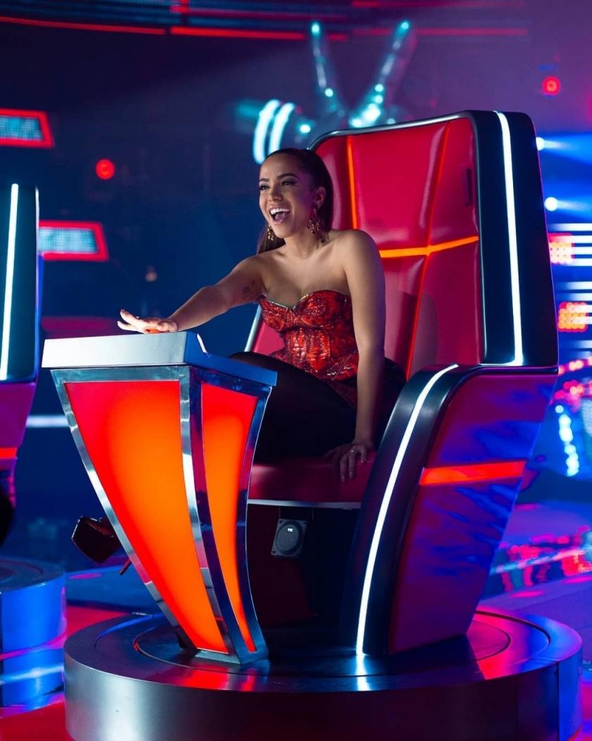 Anitta foi apresentada como a nova técnica da versão mexicana do reality show musical 'The Voice'. Crédito: Instagram/Anitta