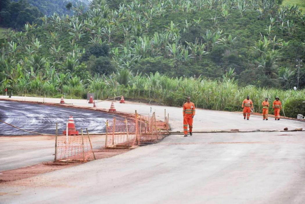 Funcionários trabalham aplicando asfalto no contorno. Crédito: Marcelo Prest