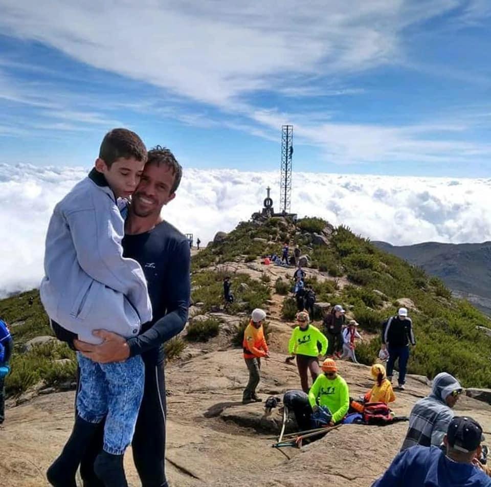 Pai e filho subiram 2.890 metros do Pico da Bandeira. Crédito: Fabrício Gonçalves