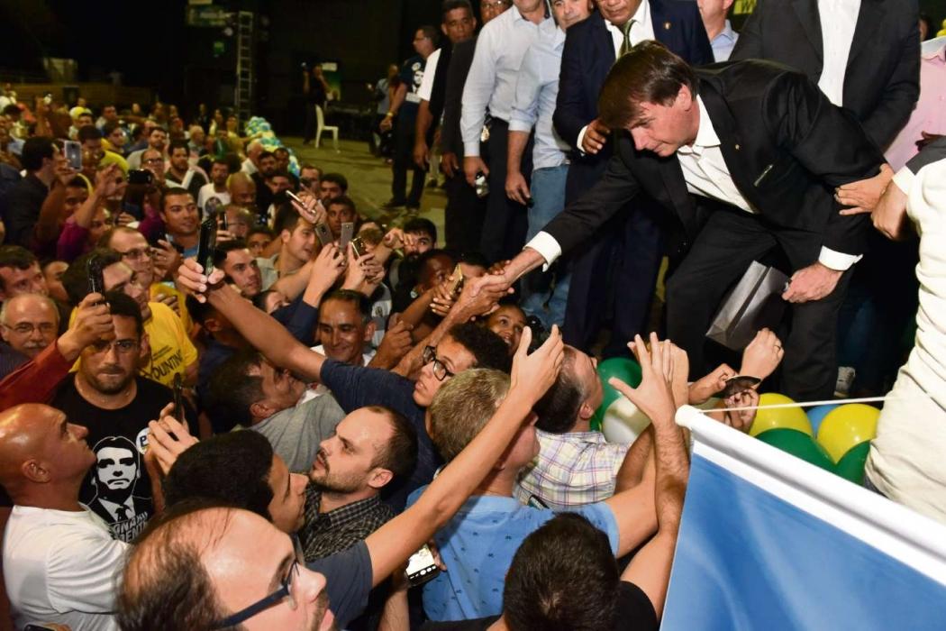 Bolsonaro cumprimenta apoiadores durante convenção do PSL no Ginásio Álvares Cabral, em Vitória, em julho de 2018. Crédito: Fernando Madeira - GZ