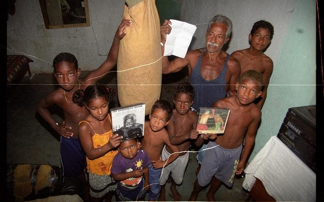 Touro Moreno com os filhos na antiga casa da família em 2002. Crédito: Ricardo Medeiros