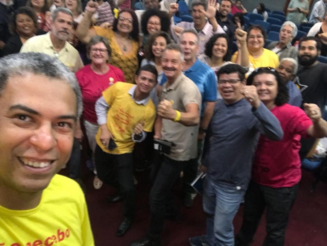 Lançado como candidato ao governo pelo PSOL, André Moreira faz selfie com apoiadores. Crédito: André Moreira