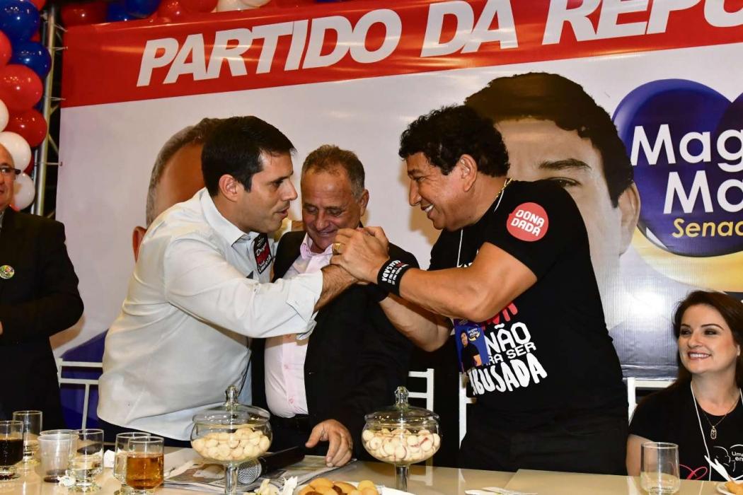 O deputado estadual Amaro Neto, o deputado federal Carlos Manato e o senador Magno Malta se cumprimentam durante convenção do PR, em Vila Velha. Crédito: Bernardo Coutinho