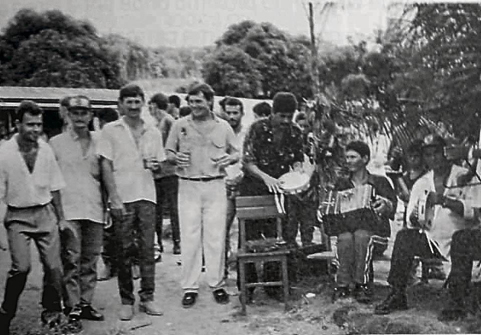 Festa pomerana em Espigão do Oeste (RO). Ao lado, excursão de Vila Pavão nos anos 1980. Crédito: ACERVO DE JORGE JACOB/REPRODUÇÃO