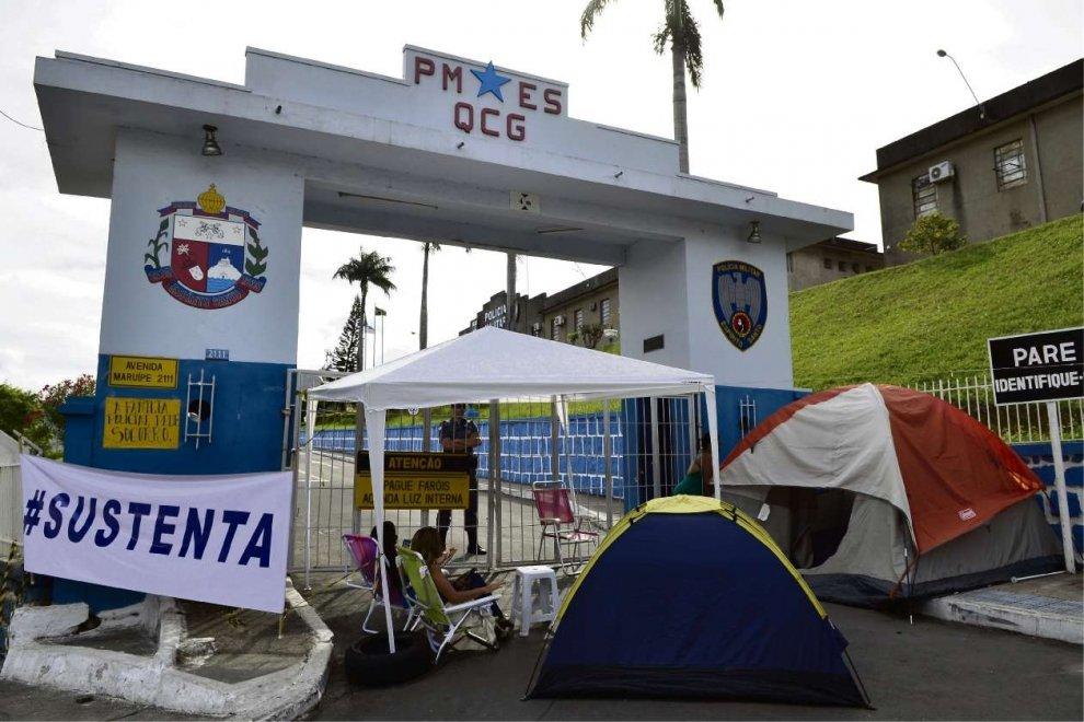 Mulheres de PMs bloqueiam entrada do Quartel de Maruípe: greve continuará a ser julgada no Espírito Santo. Crédito: Gazeta Online