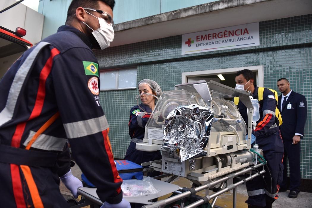 Momento em que Laura era transferida de hospital após parto de emergência. Crédito: Fernando Madeira | GZ