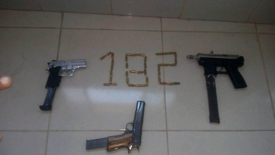 Imagem com armas e o número 182, que faz referência ao Morro do Alagoano