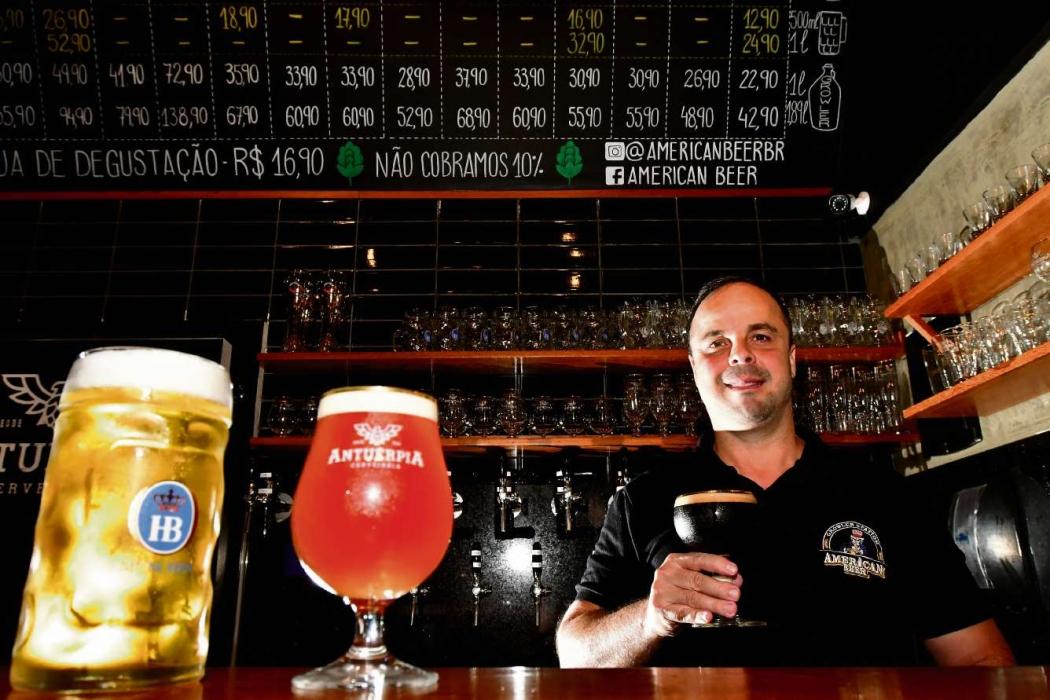 Marcelo Leal comanda cervejaria em Jardim Camburi que oferece chopes nacionais e importados. Crédito: Bernardo Coutinho