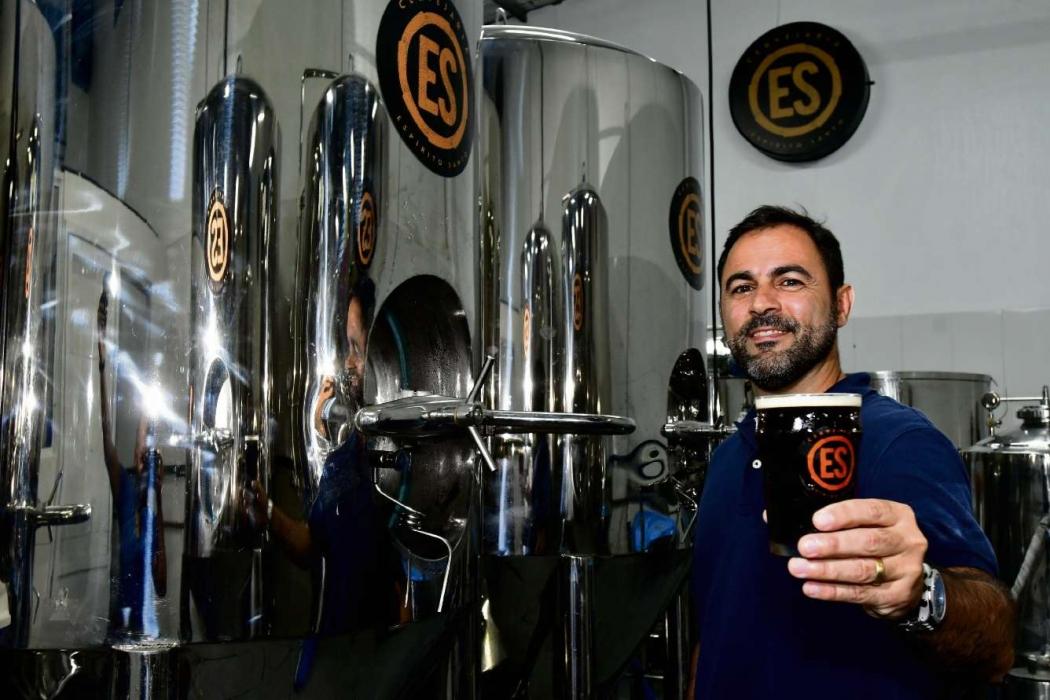 Fabiano Có ostenta a cerveja considerada a melhor do Brasil em prêmio internacional  . Crédito: Bernardo Coutinho