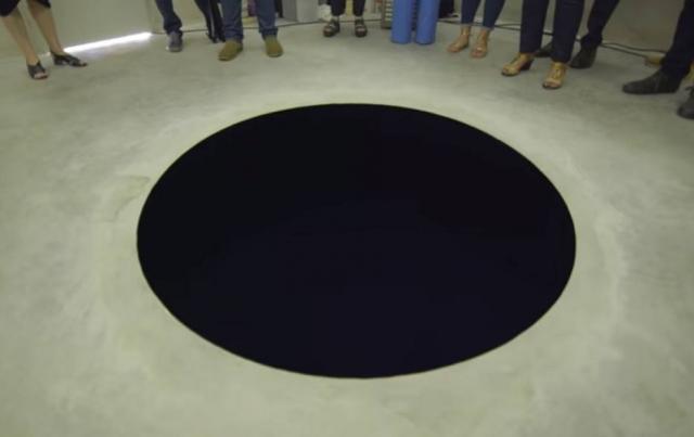 Obra de Anish Kapoor é um fosso de 2,5 metros de profundidade. Crédito: YouTube | Reprodução