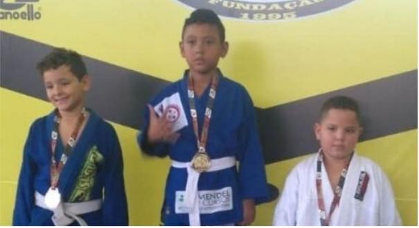 Derick Santa Rosa, de 8 anos, já acumula 14 medalhas de ouro no jiu jitsu. Crédito: Acervo Pessoal