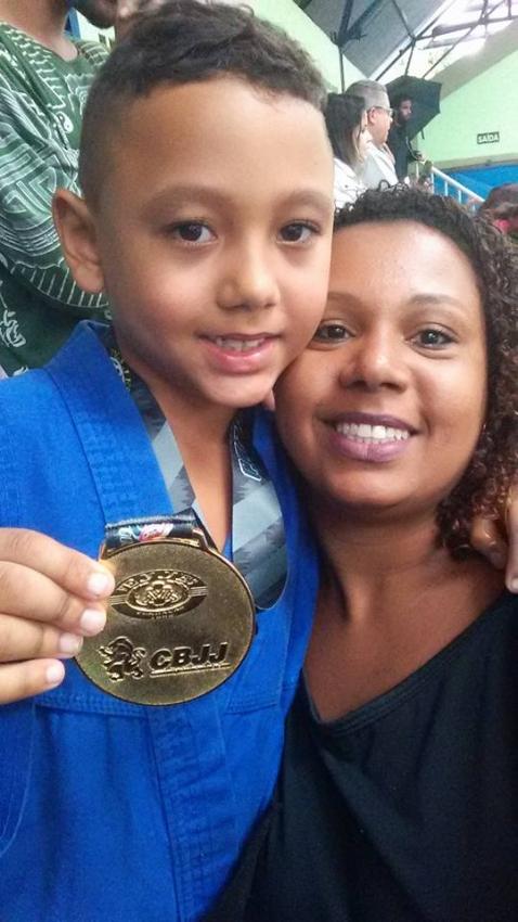 Derick com a mãe, Amanda Santa Rosa: parceria nos treinos e nas competições. Crédito:   Reprodução/Facebook