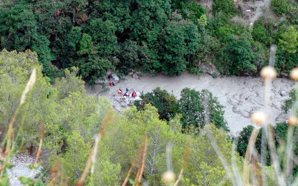Equipe de resgate trabalha no curso de água Raganello, no Parque Nacional Pollino, em Calábria, na Itália, na segunda-feira (20), após uma inundação repentina que matou 11 pessoas. Crédito: Francesco Capitaneo/ANSA via AP