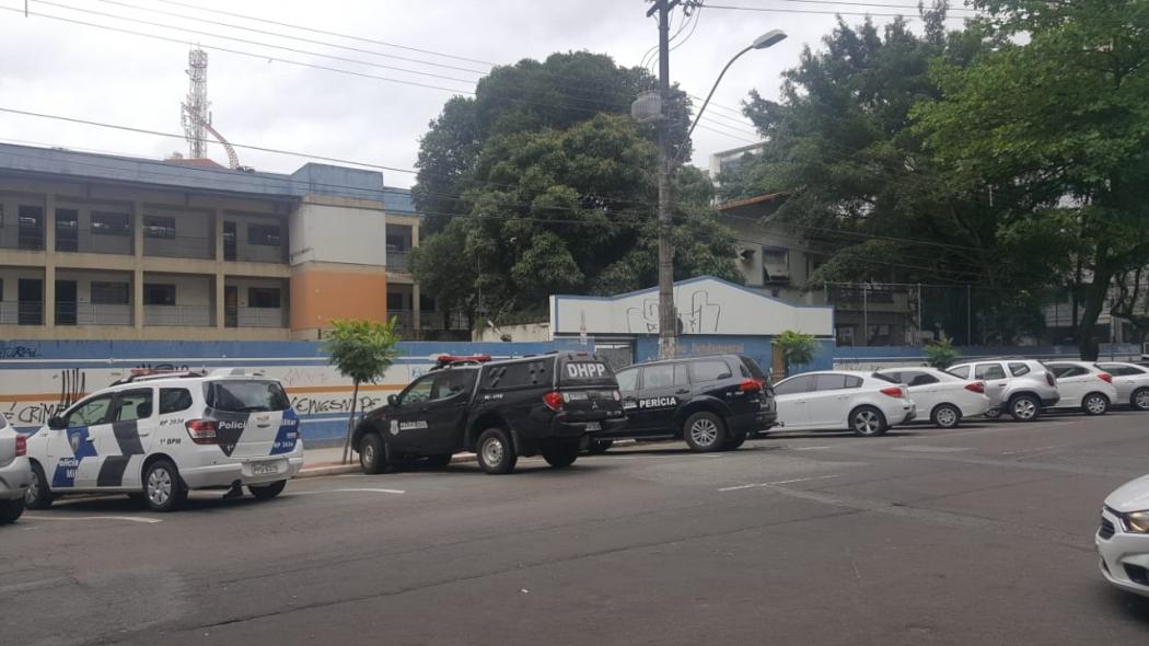 Vizinhos do imóvel dizem que moradores de rua costumam pular os muros da escola abandonada. Crédito: Victor Muniz | A Gazeta