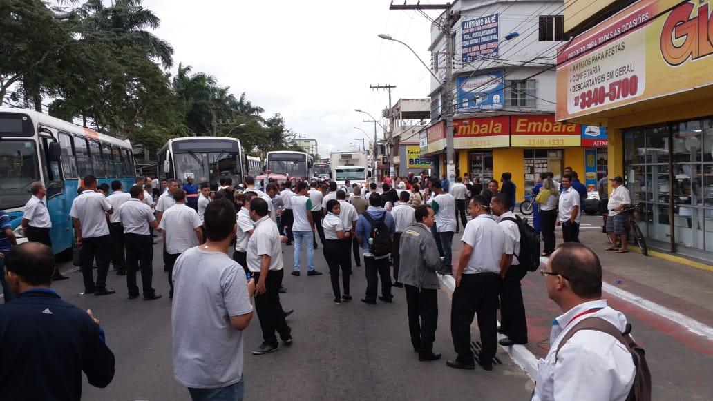 Manifestação de motoristas da viação Sanremo interditam Av. Carlos Lindenberg, em Vila velha, contra transporte clandestino. Crédito: Internauta/Gazeta Online