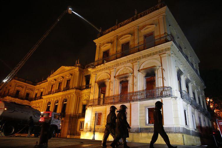 Incêndio atingiu, no começo da noite deste domingo (2), o Museu Nacional do Rio de Janeiro, na Quinta da Boa Vista, em São Cristóvão, na zona norte da capital fluminense. Crédito: Tânia Rego/Agência Brasil