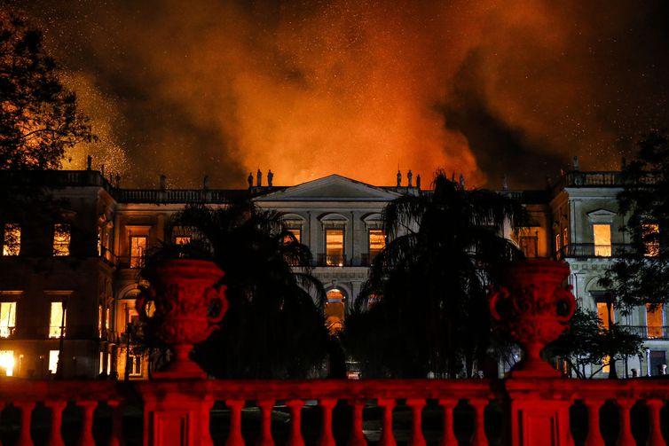 Incêndio destruiu o Museu Nacional no Rio de Janeiro, no domingo (2). Crédito: Windows)
