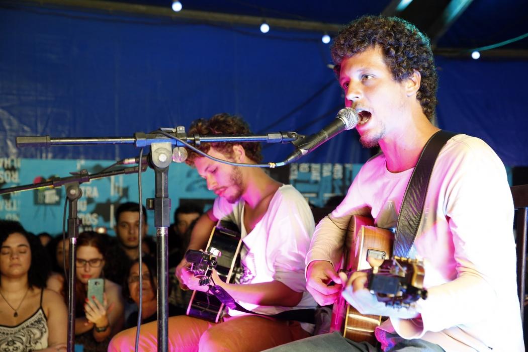 Show do Chico Chico e João Mantuano no lounge do festival. Crédito: Sergio Cardoso/FCV