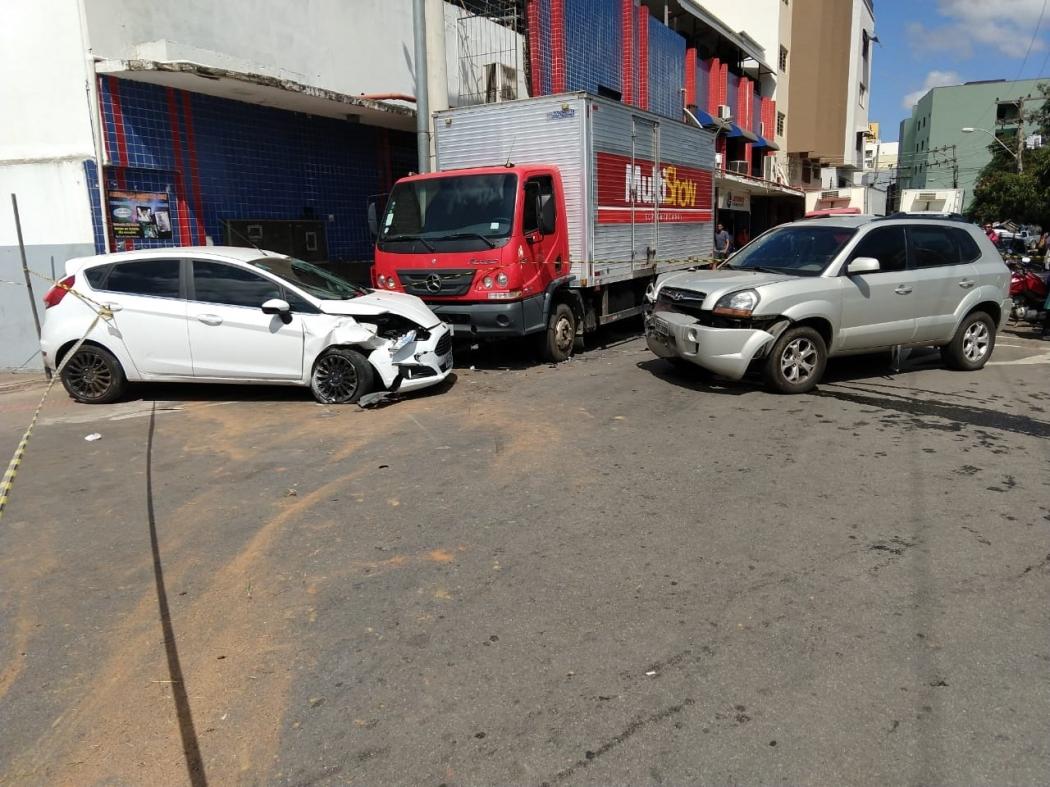 Os veículos bateram de frente e duas pessoas ficaram feridas. Crédito: Divulgação/Polícia Militar