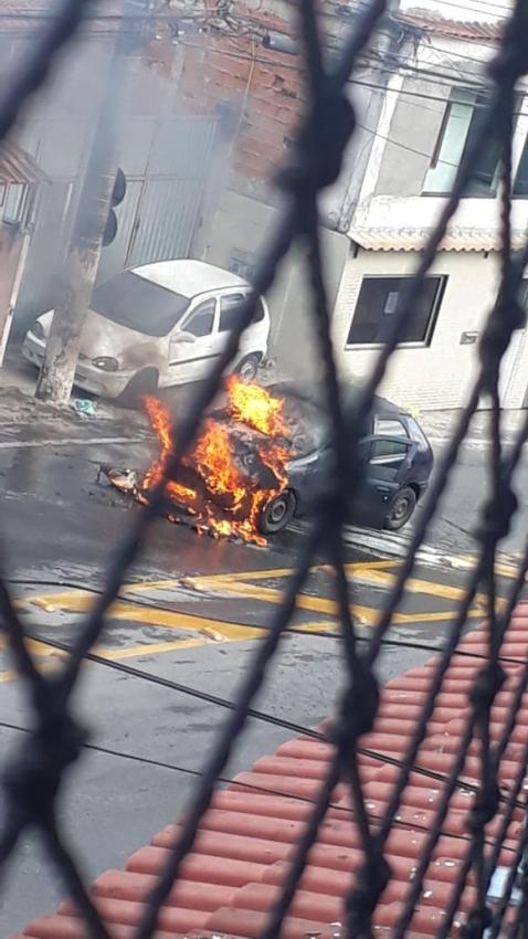 Carro pega fogo na Rodovia Serafim Derenzi, na altura do bairro Comdusa, em Vitória, na manhã desta terça-feira (04)    . Crédito: Internauta