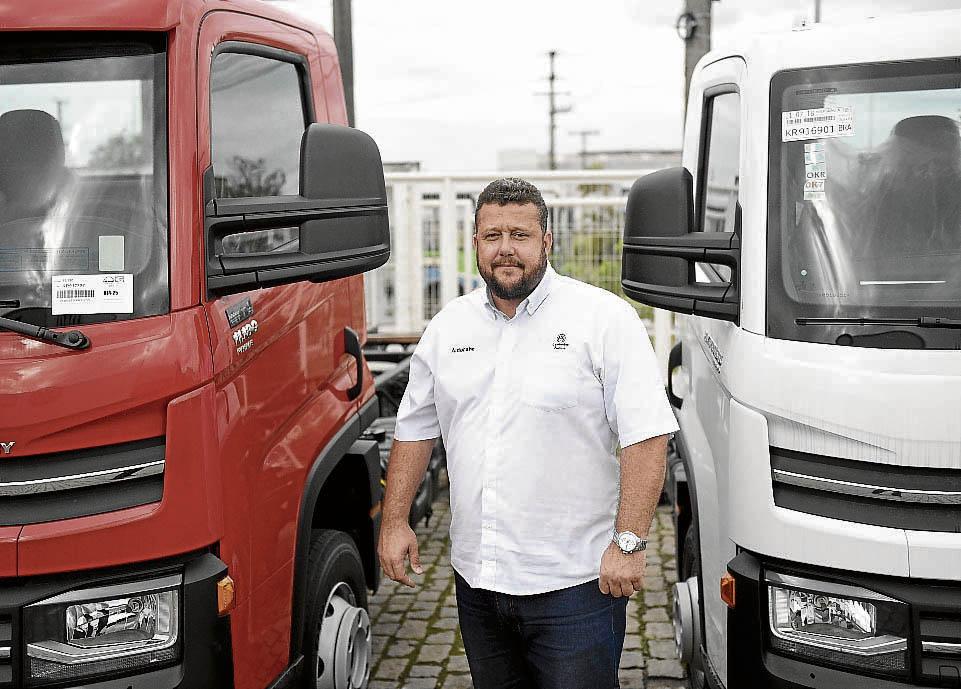 André Mattos, consultor de vendas, diz que procura por caminhões aumentou. Crédito: Vitor Jubini