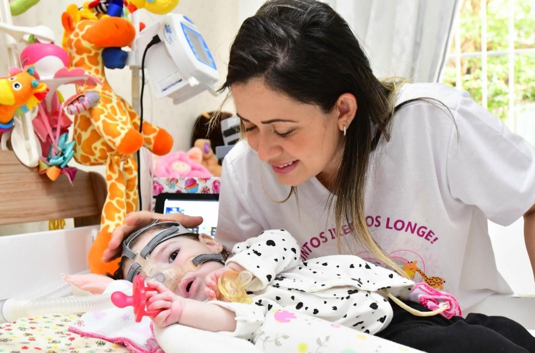 Sabrine, com a pequena Helena: graças a uma campanha em redes sociais, a família conseguiu garantir as doses do medicamento para a bebê, que tem AME. Crédito: Bernardo Coutinho