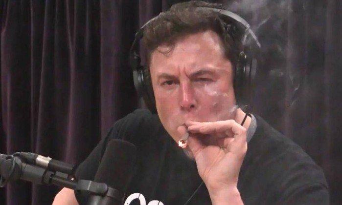 Musk surpreende ao fumar maconha em transmissão ao vivo no YouTube. Crédito: Reprodução / Youtube
